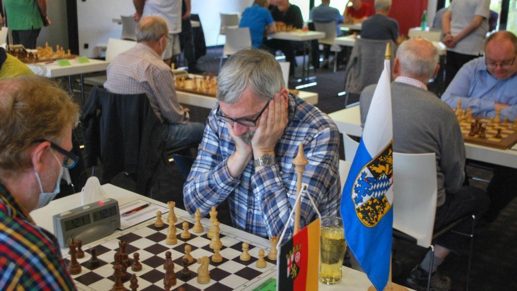 Im Bild: Guido Neuberger (li) bei seinem furiosen Sieg gegen FM Manfred Heidrich (Foto: DSB)